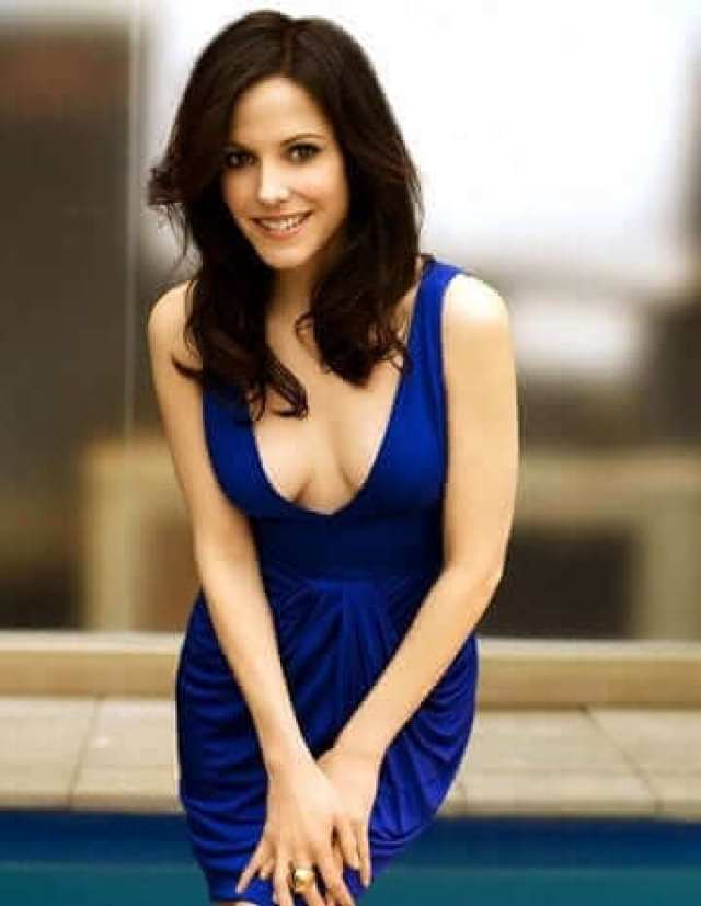 Mary-Louise Parker hot cleavage pic