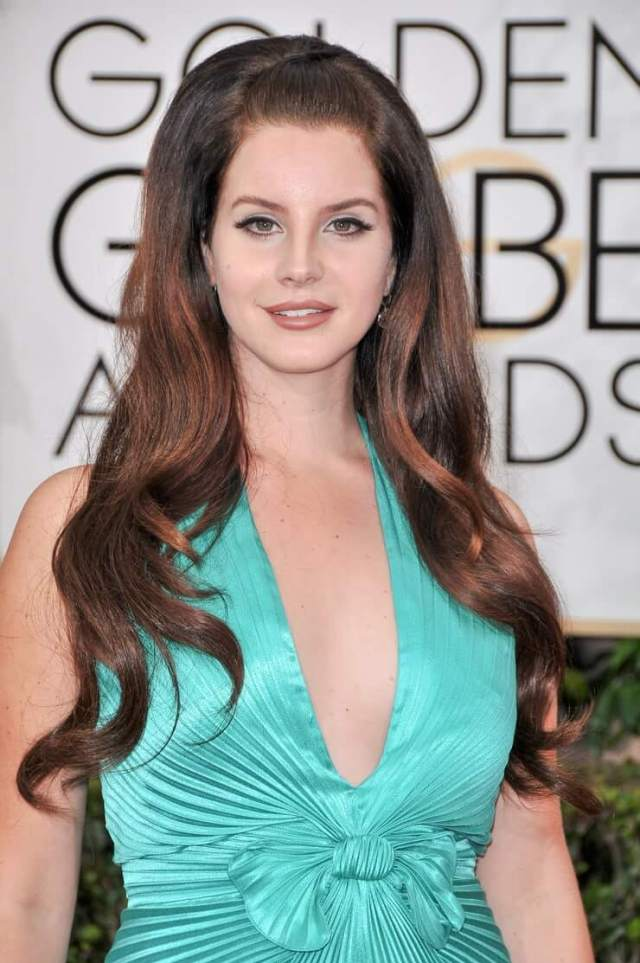 lana del rey sexy cleavage pic