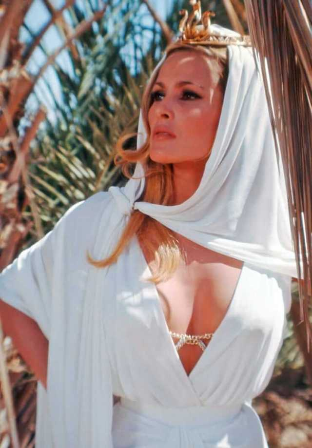 ursula-andress side boobs