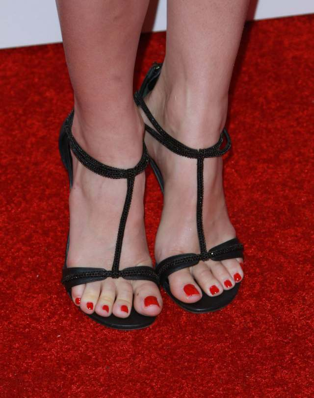 Beth Behrs sexy feet picture