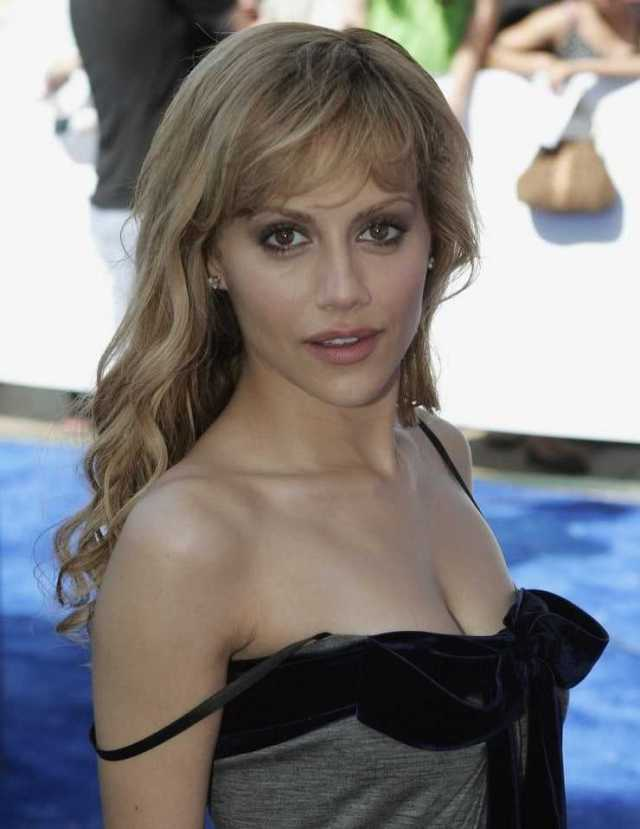 Brittany Murphy cleavage (1)