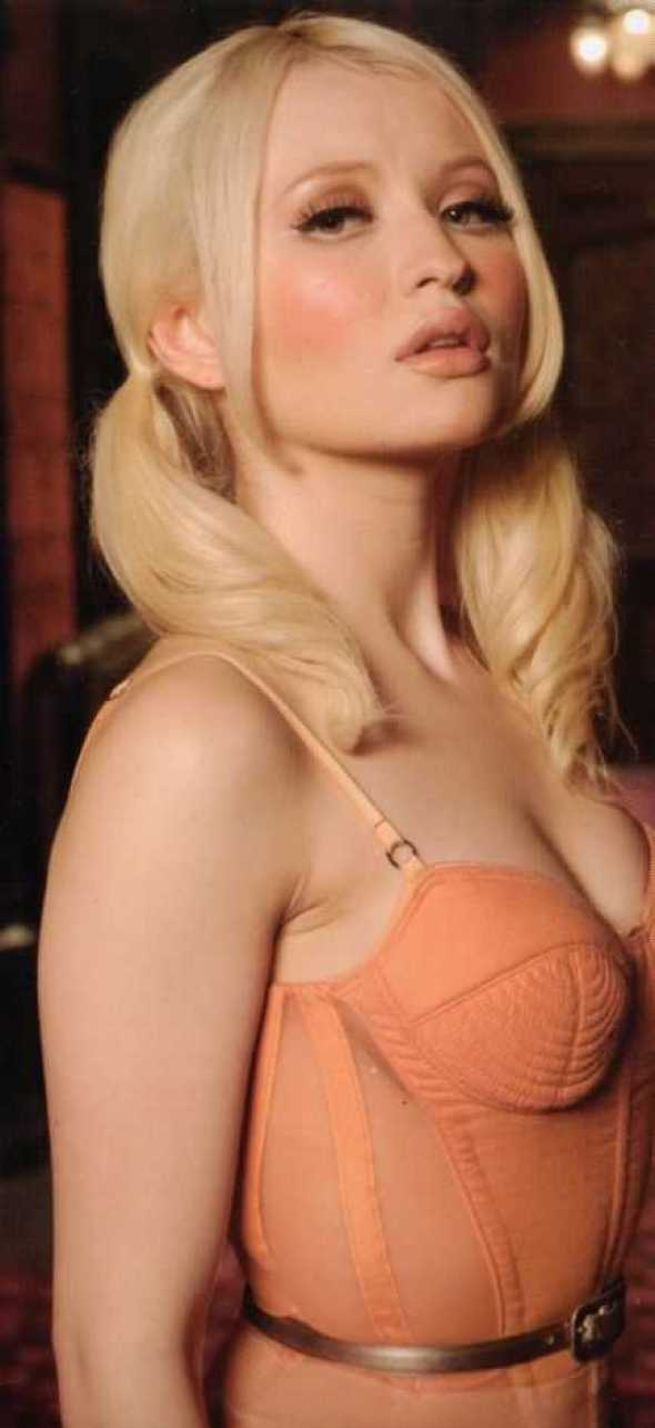 Emily Browning sexy side boobs pics