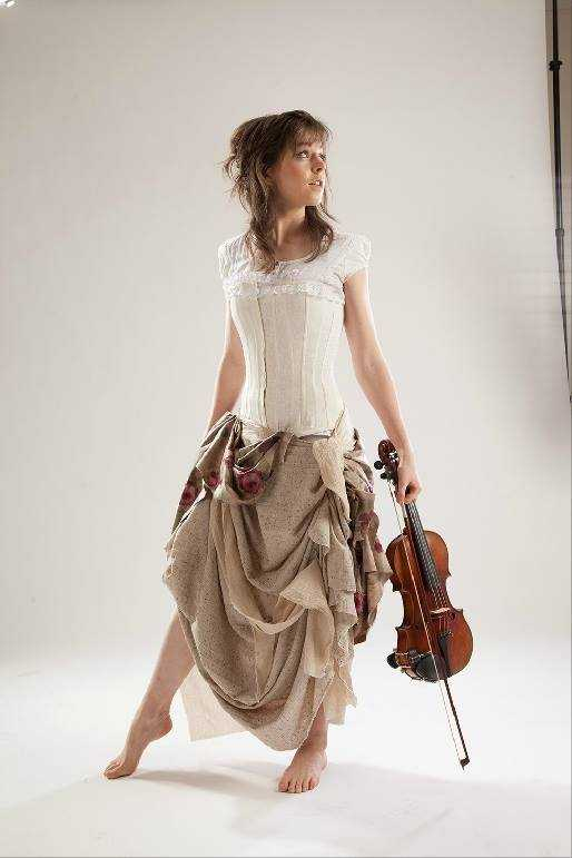 Lindsey Stirling bare feet (1)