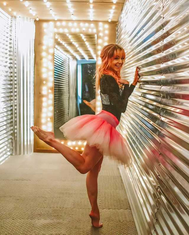 Lindsey Stirling sexy feet (1)