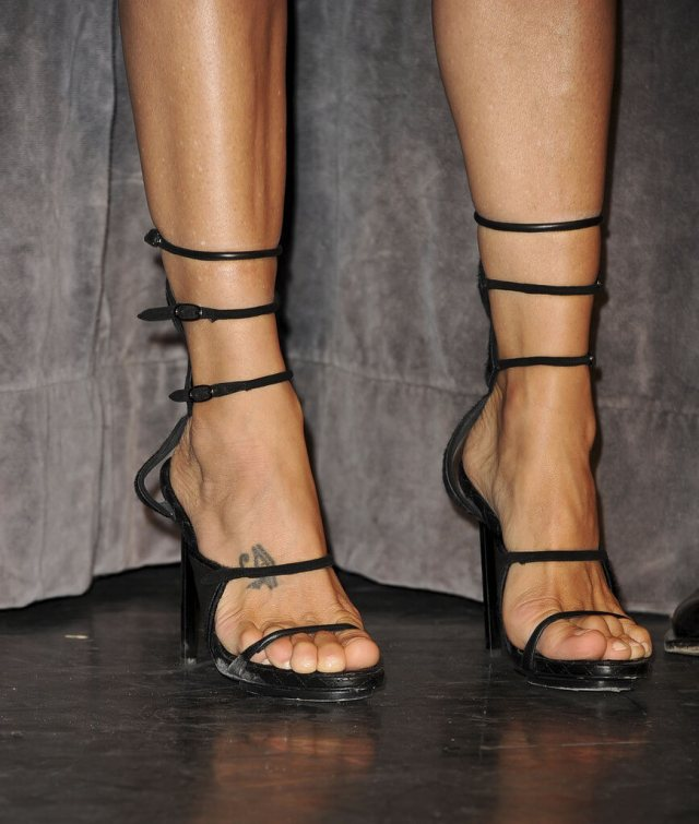 Marisa Tomei sexy feet picture