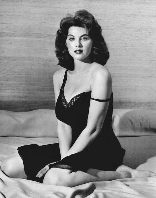Tina Louise hot cleavage pics