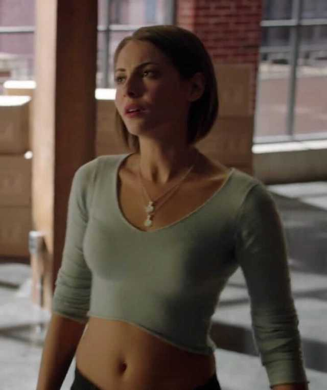 Willa Holland sexy tits pictures