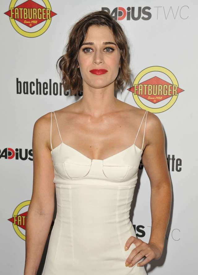 lizzy caplan sexy busty pic