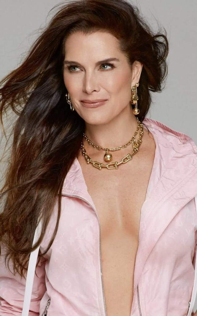 Brooke Shields sexy cleavage pics (2)