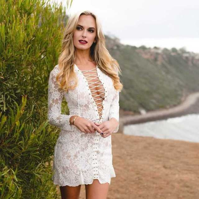 Jena Sims hot cleavage pictures (2)