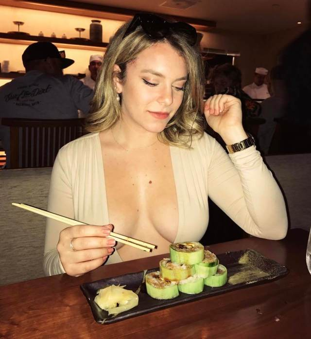 Renee Willett hot boobs pic
