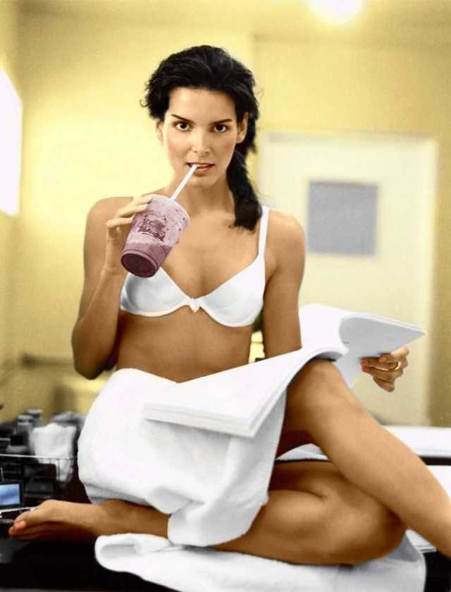 Angie Harmon hot look pictures