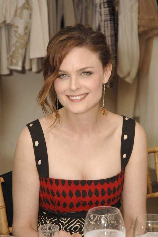 Emily Deschanel cleavage pics