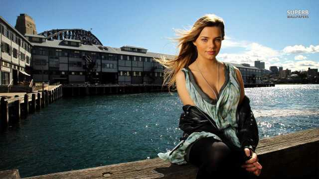 Indiana Evans cleavage pictures