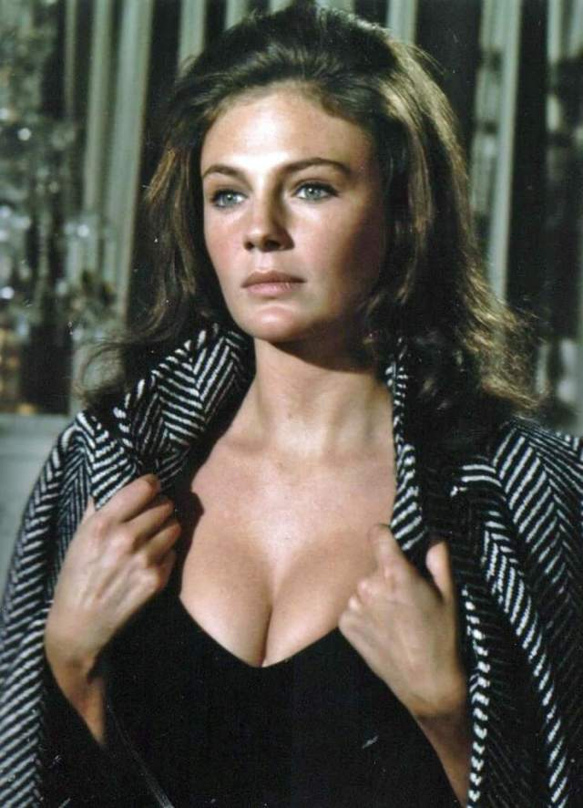 Jacqueline Bisset sexy busty pics