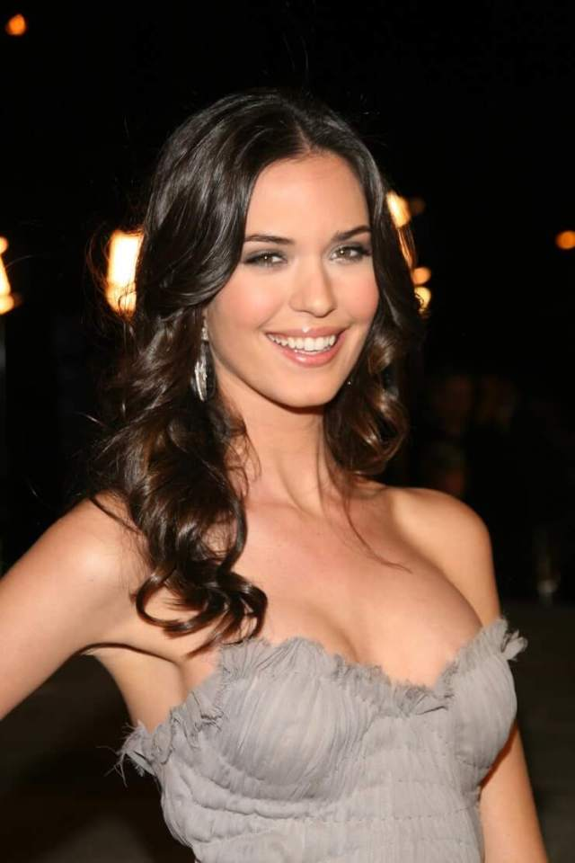 Odette Annable hot busty pics (2)