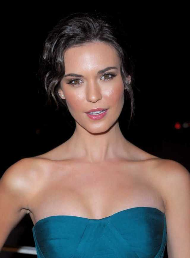 Odette Annable hot busty pics