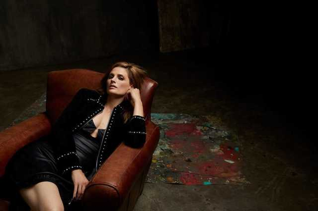 Stana Katic sexy side boobs pictures (2)