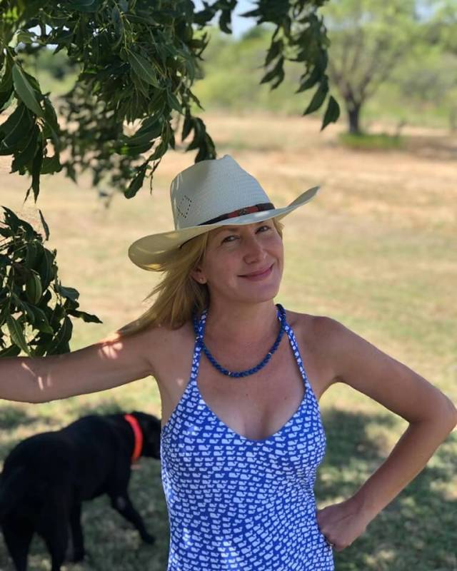 Angela Kinsey hot photo