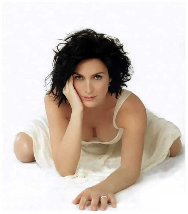 Carrie-Anne-Moss-hot-cleavage-pics