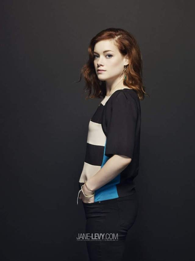 Jane Levy side pose