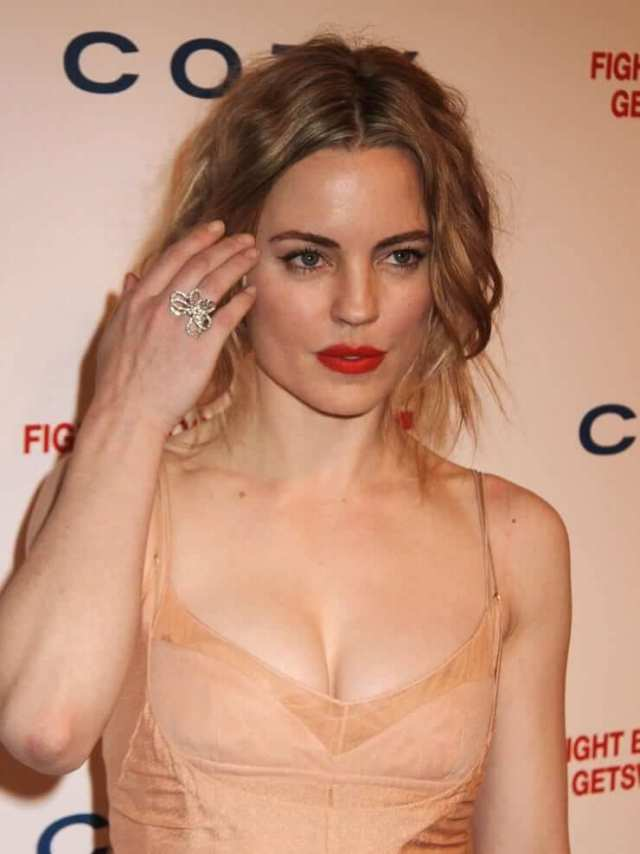 Melissa George sexy cleavage (1)