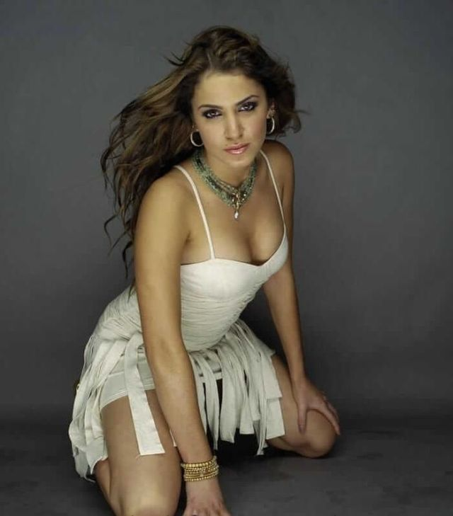 Nikki Reed sexy cleavage pics