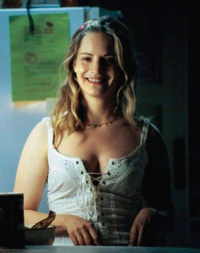 jennifer-jason-leigh-awesome-cleavages
