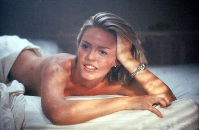 patsy-kensit-on-the-bed