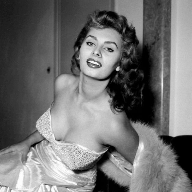Sophia Loren sexy side boobs pics