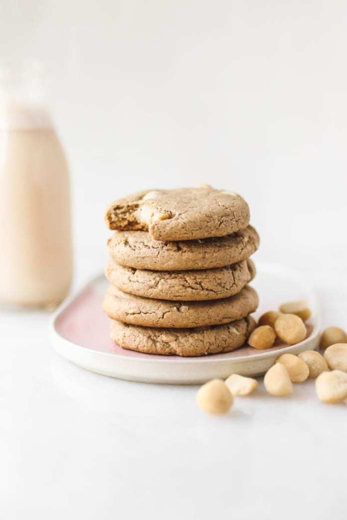 Vegan White Chocolate Macadamia Cookies by Veggiekins