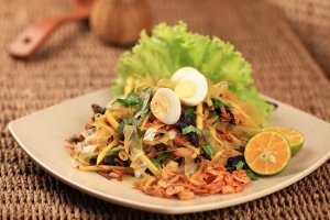 Mixed rice paper salad, street food Vietnam