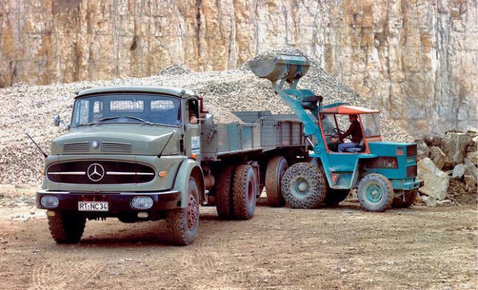 Mercedes-Benz LAK 1620 Allrad-Kipper, Einsatz im Steinbruch. Foto aus dem Jahr 1966. , , Mercedes-Benz LAK 1620 all-wheel tipper, used in a quarry. Photograph from 1966.