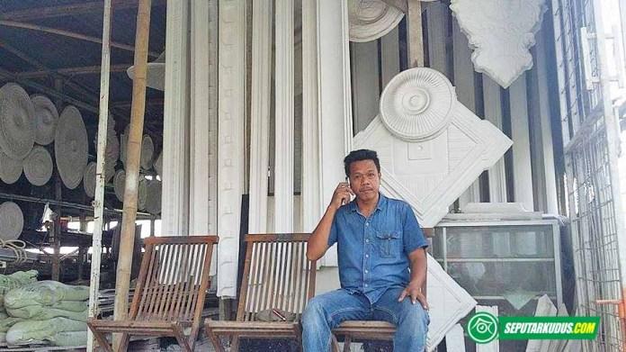 Sukaelan, pemilik usaha pembuatan gipsum di Kudus