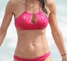 Bethenny-Frankel-Busty-Red-And-Blue-Bikini-Vacation-04