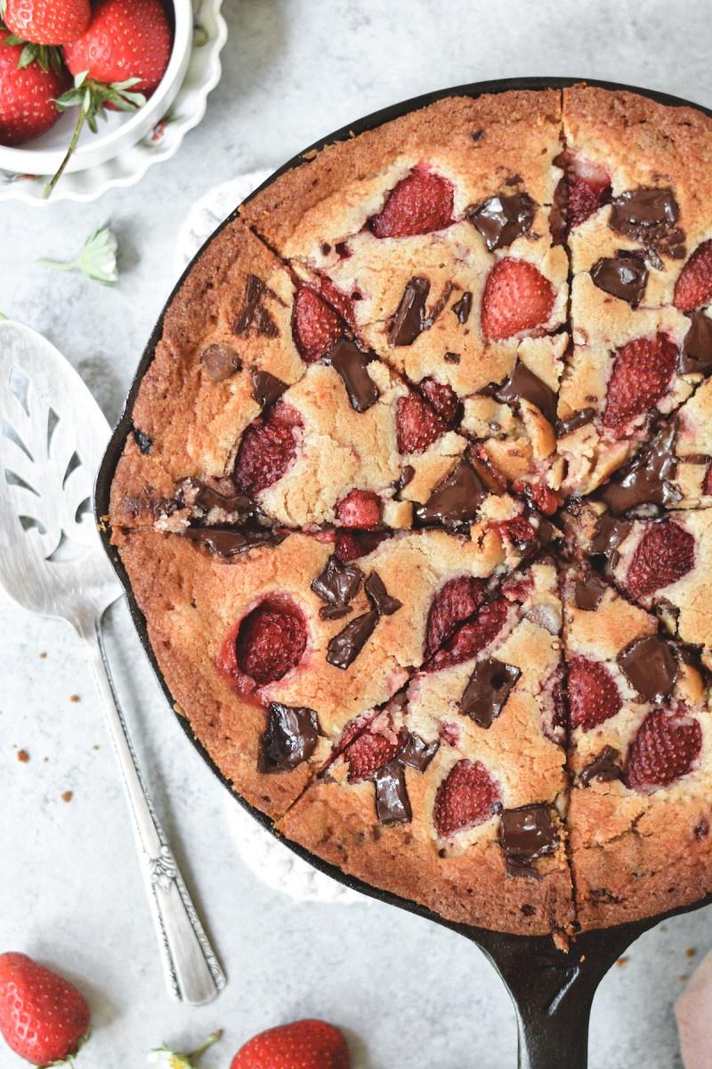 chocolate chunk strawberry skillet blondie - bethcakes.com