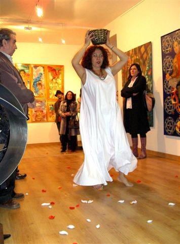 Oyá con hojas y pétalos. Elizabeth Firmino/ Beth Firmino/ performance Agua y Fuego/Fundación Alianza Hispánica/ Arco 2008, Madrid.