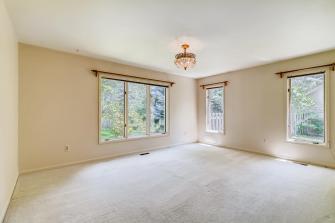 Large master bedroom - light & bright