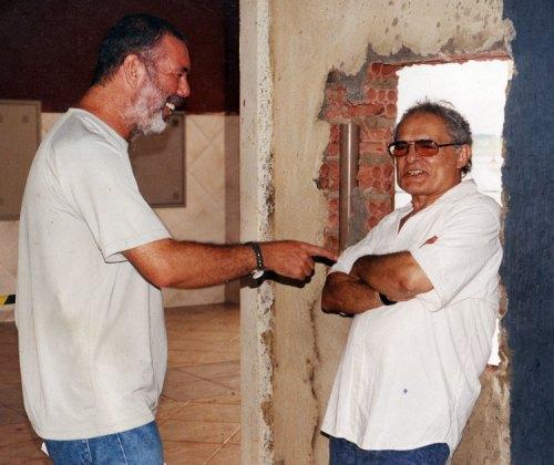"""B.Bertagna e Othon Bastos durante as filmagens de """"O Número"""", no set montado nas obras da Uniron, em Porto Velho.. 2004"""