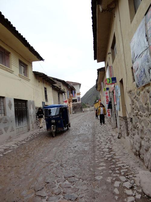Rua estreita calçada com pedras. Ollantaytambo