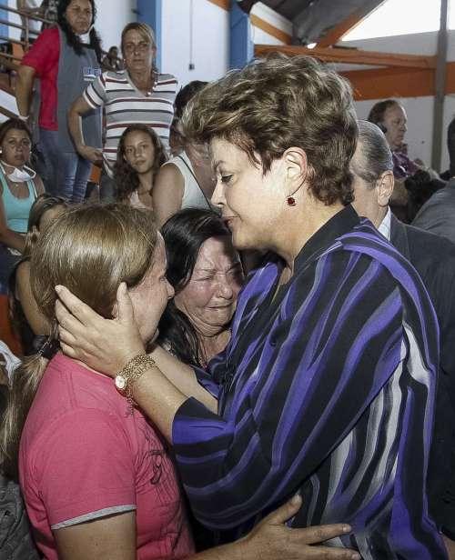A Presidenta Dilma Roussef cancelou a agenda no Chile e foi pessoalmente se solidarizar com os familiares das vítimas  foto:Roberto Stuckert Filho