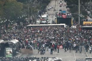 Curitiba- PR- Brasil-29/04/2015- Portesto de professores em greve, por conta da reforma previdenciária para os servidores públicos da educação do estado. Houve confronto entre policiais e manifestantes. Foto: Agencia Paraná