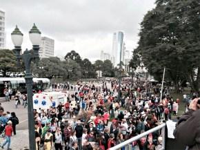 Professores em greve fazem marcha rumo ao Centro Cívico para pressionar Governo