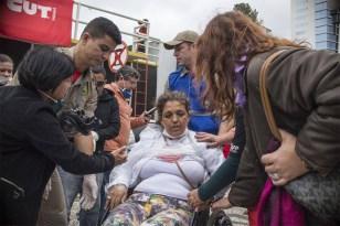 29/04/2015- Curitiba- PR, Brasil- Dezenas de pessoas feridas durante o confronto com a Polícia Militar no Centro Cívico receberam os primeiros atendimentos na sala da Guarda Municipal, dentro do prédio da Prefeitura de Curitiba, na tarde desta quarta-feira (29). Equipes do Serviço de Atendimento Móvel de Urgência (Samu) participaram dos atendimentos. Trinta e cinco pessoas que precisavam de atendimento médico foram encaminhadas aos hospitais, principalmente o Hospital Cajuru.