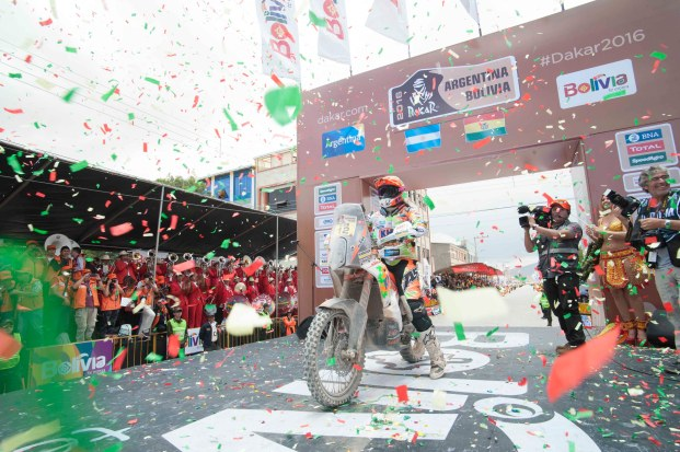 07 enero 2016, Potosí, Uyuni.- El presidente Evo Morales recibe la llegada de competidores del Rally Dakar 2016, en Uyuni. (Fotos: PRESIDENCIA/Freddy Zarco)