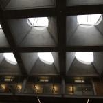 Gyldendalhuset. Ljusgården täcks av en uppseendeväckande konstruktion av fyrsidiga betongpyramider som snedskurits och vridits så att ljuset faller olika. Foto: Sussie Schwab