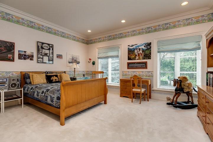 37 Edgehill Road - Bedroom with desk