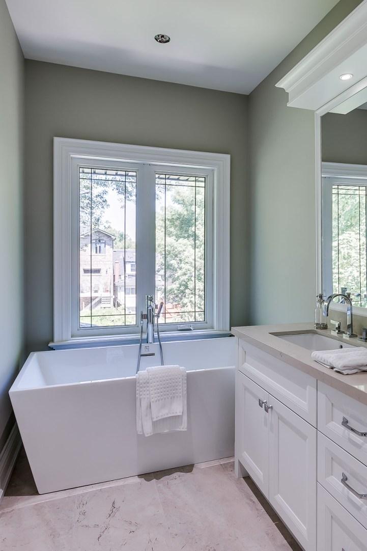 390 Brookdale Avenue - Master Bedroom Bathtub