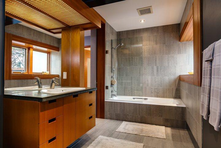 421 The Kingsway - Bathroom Combination Shower