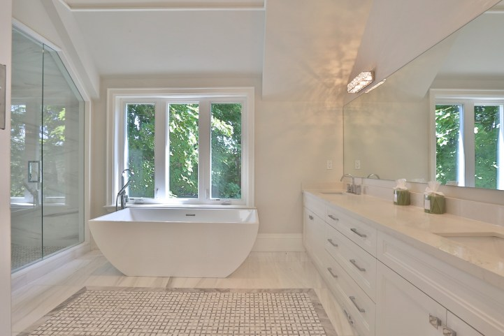 491 Glengarry Avenue - Master Bedroom Ensuite Tub